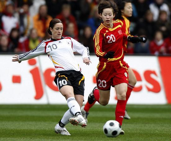 图文-[女足热身赛]中国0-2德国张彤防守林格尔