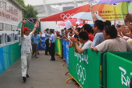图文-上海球迷冒暑争购奥运门票 买到票就是胜利