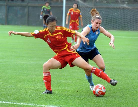 图文-[教学赛]中国女足0-0美国 张颖拼命护住皮球