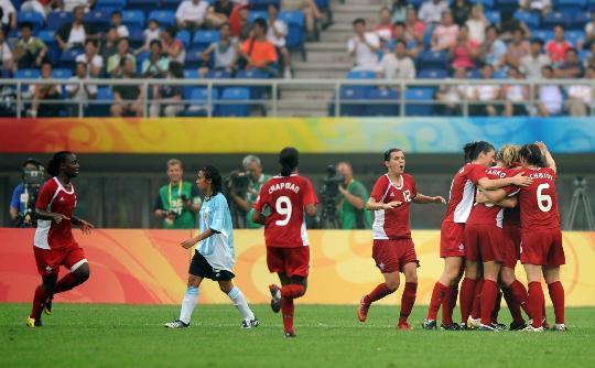 图文-[奥运会]加拿大2-1阿根廷 加拿大队庆祝