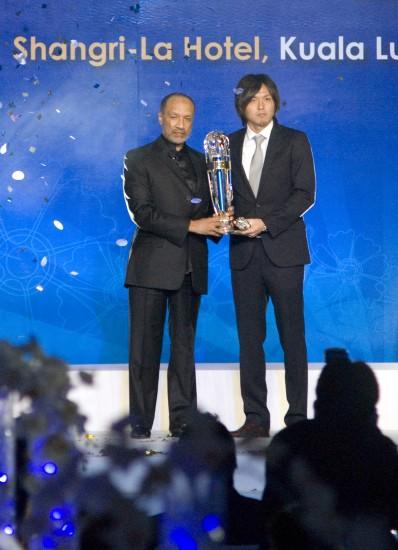 图文-2009亚足联颁奖晚会举行远藤保仁接受奖杯