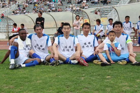 图文-延边足球队举行义赛募捐 曾经队友亲密合