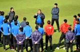 曹阳指导球员训练