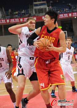 王哲林爆发砍13分10篮板男篮不敌美联队遭遇首败