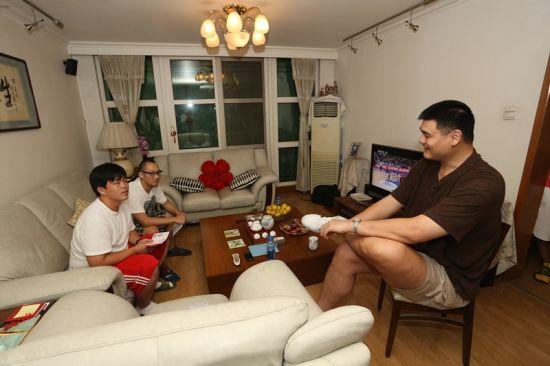 幸运球迷与姚明侃侃而谈,话题从篮球到公益