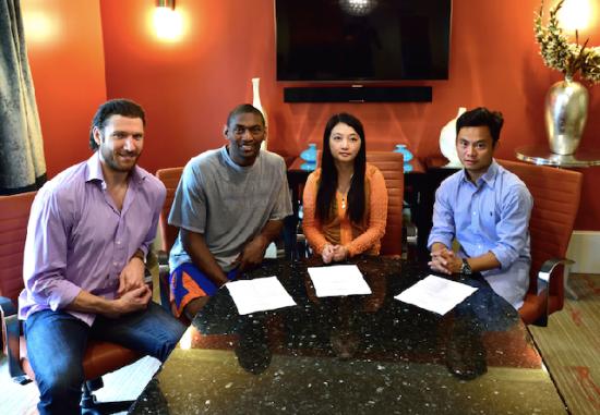 慈世平(左二)在美国与四川男篮签约