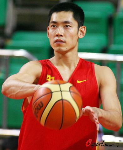 图文-国际友谊赛中国男篮赛前适应场地 张庆鹏投篮