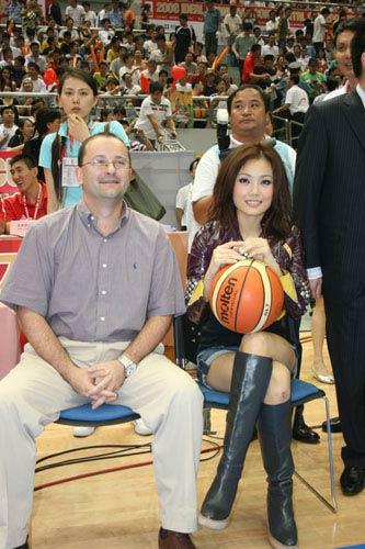 亚洲篮球大使现身斯杯清纯容祖儿为姚明阿联加油
