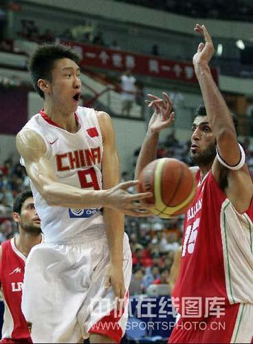 图文-[钻石杯]中国男篮VS伊朗 孙悦如此专注