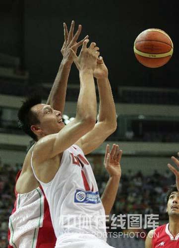 图文-[钻石杯]中国男篮VS伊朗 阿联遭打手犯规
