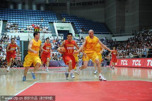 图文-[热身赛]中国男篮VS澳洲明星胡雪峰带球突破