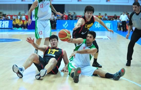 图文-[斯杯]中国男篮VS伊朗王仕鹏上抢