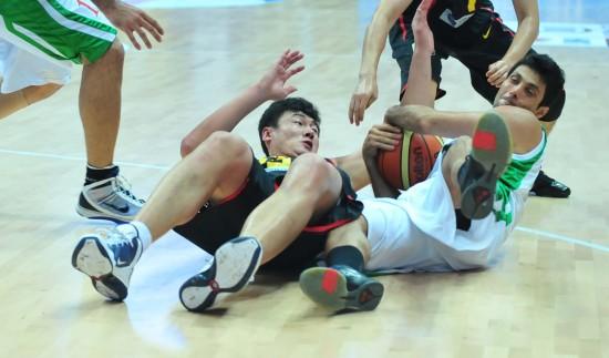图文-[斯杯]中国男篮VS伊朗双方乱作一团