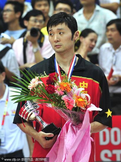 图文-[斯杯]赛后颁奖礼刘炜手捧奖杯却不开心