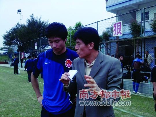 李章洙鼓励郜林多射门。