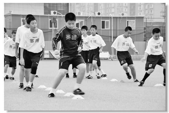 派出教练员免费教小孩子踢球