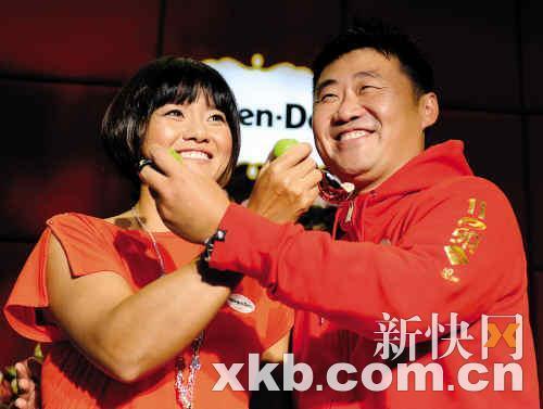 李娜(左)与姜山在活动中秀恩爱。