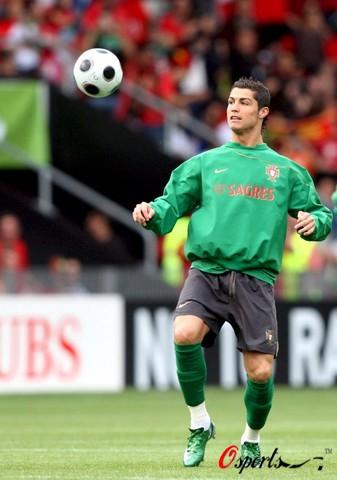 图文-葡萄牙队训练备战欧洲杯C罗享受快乐足球