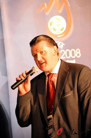 图文-欧洲冠军奖杯亮相维也纳欧足联官员里德雷