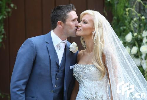 图文-欧洲杯开幕当日罗比-基恩结婚新郎亲吻新娘