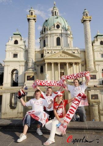 图文-波兰牧师为欧洲杯疯狂球迷在教堂前合影