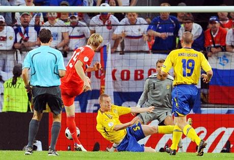 图文-[欧洲杯]俄罗斯VS瑞典帕甫柳琴科摆腿射门