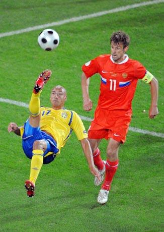 图文-[欧洲杯]俄罗斯2-0瑞典老将拉尔森倒钩攻门