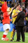 图文-[欧洲杯]俄罗斯2-0瑞典希丁克与伊布握手