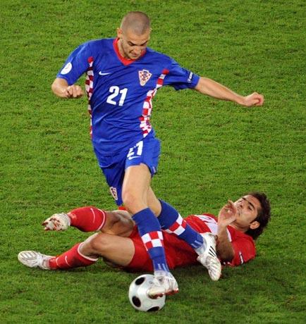 图文-[欧洲杯]克罗地亚VS土耳其佩特里奇晃倒对手