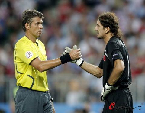 图文-[欧洲杯]克罗地亚VS土耳其他们俩人为何握手