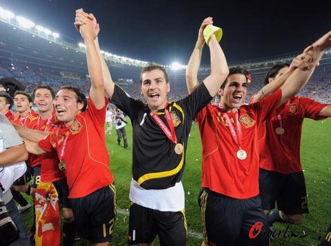 图文-西班牙队夺得欧洲杯冠军卡西率队向球迷道谢