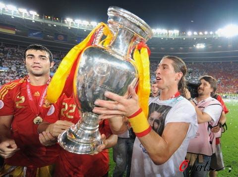 图文-西班牙队夺得欧洲杯冠军拉莫斯如获至宝