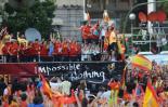 图文-西班牙队参加夺冠庆典拉莫斯捧起奖杯