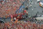 图文-西班牙队参加夺冠庆典巡游车开到中心广场