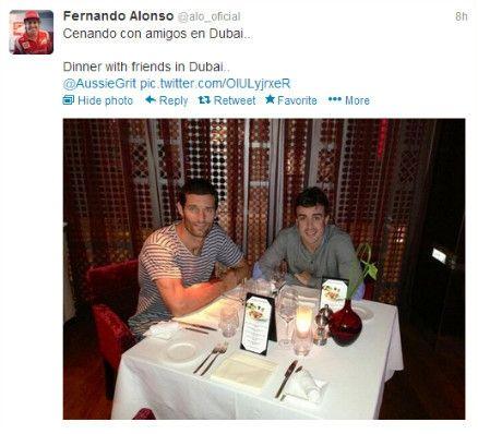 """阿隆索在个人推特上晒与韦伯合影,并附:""""在迪拜和朋友共进晚餐""""。"""