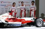 图文-F1丰田车队发布新车 小舒马赫与特鲁利嘻哈