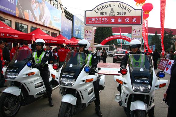 图文-红河车队出征达喀尔拉力赛警车开路好不威风