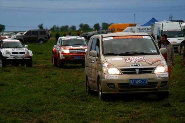 图文-穿越东方越野赛第2赛段牧场中的御轩服务车