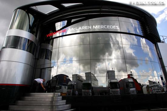 图文-F1车队备战英国GP奢华的迈凯轮中心正面