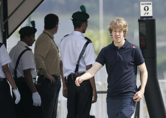 图文-F1车手抵达雪邦赛道阳光照亮维泰尔金发