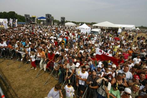 图文-库比卡出席波兹南赛车秀当地车迷蜂拥前来