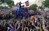 图文-巴塞罗那回国庆祝球队夺冠球迷们顶礼膜拜
