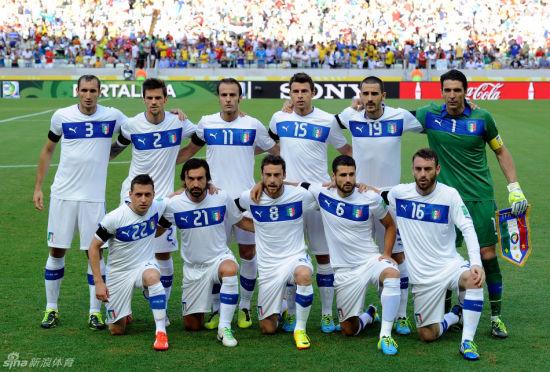 意大利队臂缠黑纱告别博尔戈诺沃