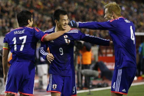 日本队庆祝破门