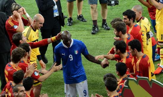 赛后西班牙队为意大利队列队鼓掌