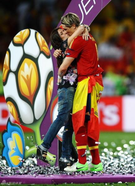 托雷斯与妻子拥吻