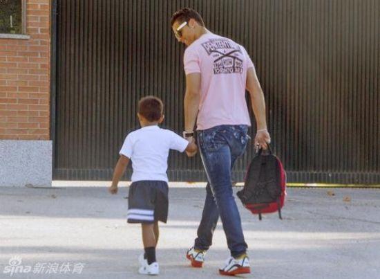 C罗送儿子上学