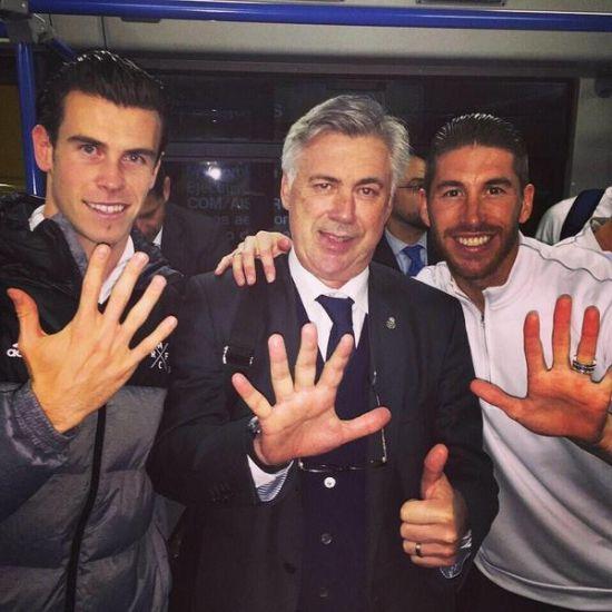 """拉莫斯赛后与贝尔、安切洛蒂摆出""""16""""字"""