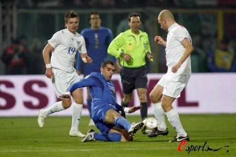 图文-[欧预赛]意大利vs法罗群岛罗马悍将倒地断球