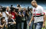 图文-阿德里亚诺亮相巴西圣保罗笑对众媒体镜头